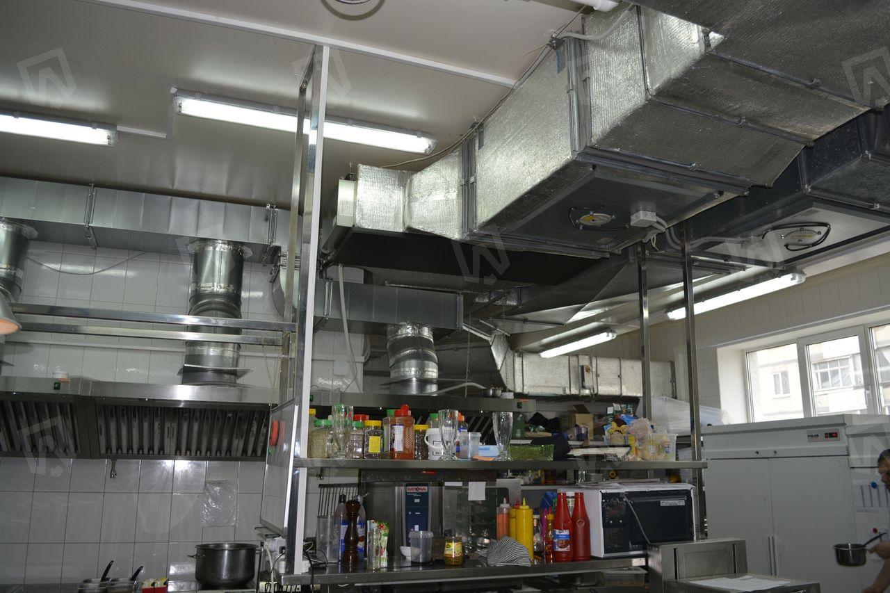 Оборудование системы вентиляции установлено в помещении горячего цеха кухни итальянского ресторана Patio Verona на втором этаже ресторанного комплекса