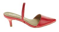 Sapatos vermelhos abertos a trás e presos com um elástico.
