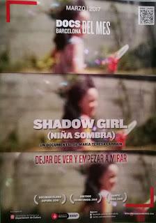 Cartel con imágenes borrosas de una niña. Aparece el titulo Shadow Girl y su traducción Niña Sombra. Más información sobre premios y la obra.