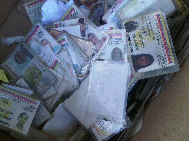 Encuentran 500 cédulas de identidad dentro de una caja CLAP en la basura de El Marqués