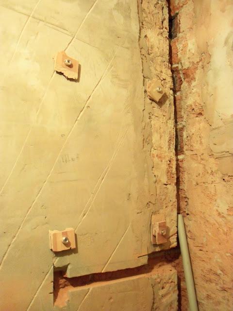Штукатуренные стены в ванной комнате