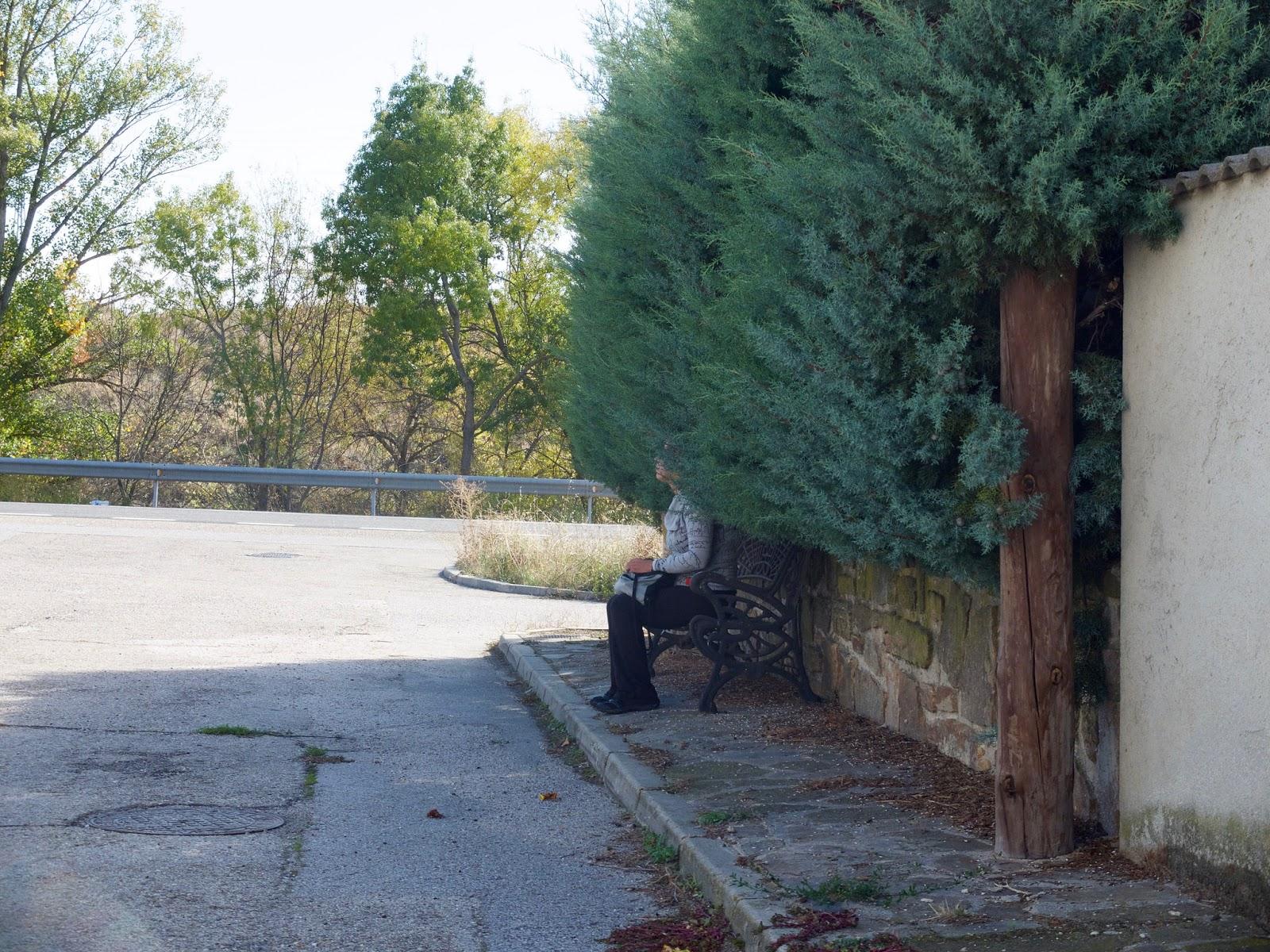 Mujer esperando el Autobus en Gascones, Madrid, 2015