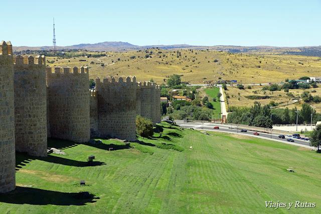 Al fondo los cuatro postes, muralla Ávila