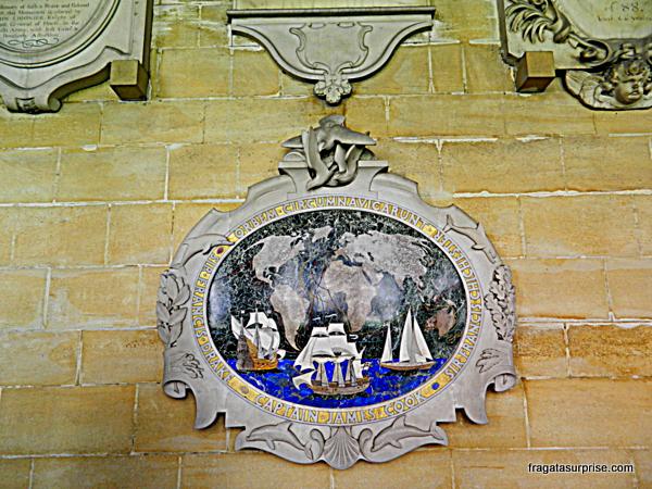 Placa comemorativa à viagem de circum-navegação  do Almirante Cook, no claustro da Abadia de  Westminster
