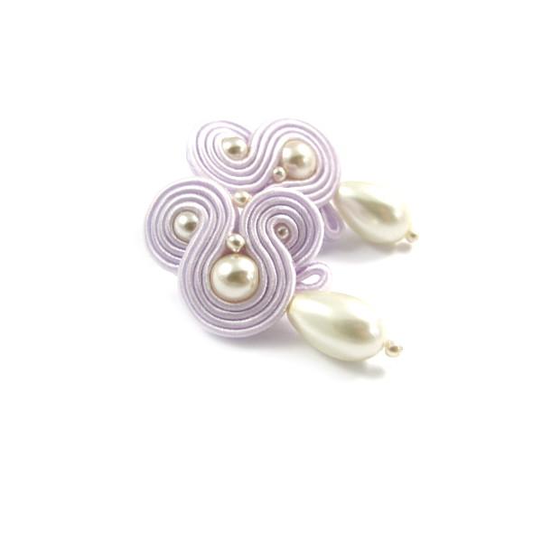 Lawendowe kolczyki ślubne sutasz z perłami.