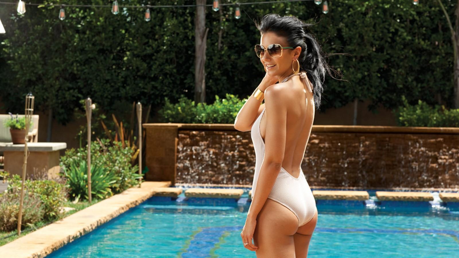 jolie nackt durch das pool
