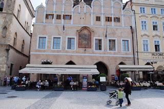 façade rose saumon avec un mendiant peint au centre (n° 18 rue Zelezna)