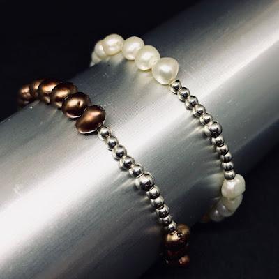 Pulsera perlas blancas y marrones y bolas de plata. Joyería Artesanal personalizada