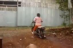 Emak-emak Belajar Naik Sepeda Motor, Bukan Injak Rem Malah Tarik Gas