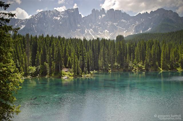 Fotografia del lago di Carezza e, sullo sfondo, il Latemar