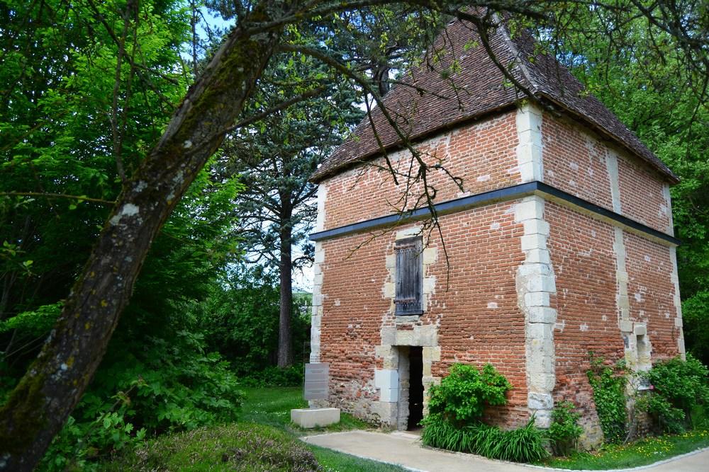 Le pigeonnier a été construit au XVème siècle par Estienne le Loup, bailli d'Amboise. Il comporte un millier de niches pour les colombes !