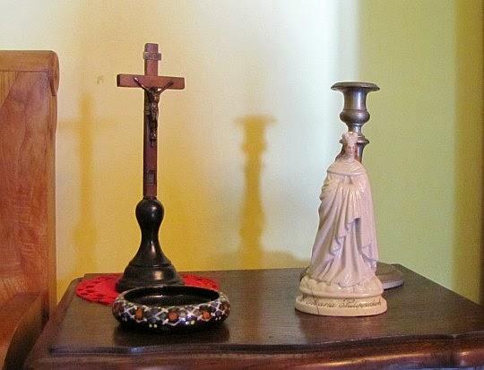 Krzyżyk wyrzeźbiony przez dziadka Emila i porcelanowa figurka Matki Boskiej z Filipov-Jirikov (Philippsdorf).