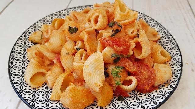 Macarrones con salsa de hummus y tomate