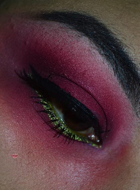 Un makeup look ispirato al Beetlejuice di Tim Burton con Chaos palette by makeup revolution, Phitofarma d Wycon e Browpot Uranus di Nabla