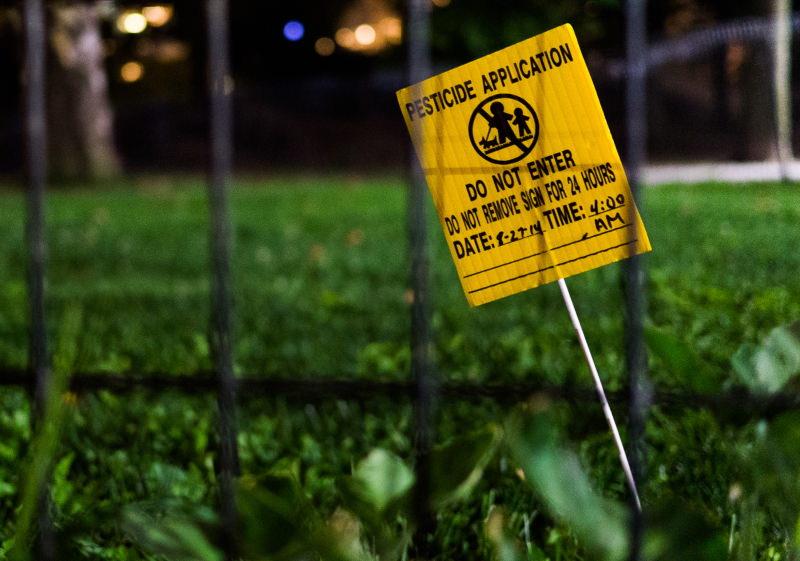 Aviso de aplicação de pesticidas num jardim