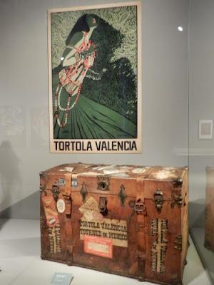 """cartel anunciando a la bailarina Tórtola Valencia y su baúl en la exposición """"La bailarina de el futuro""""ául T"""