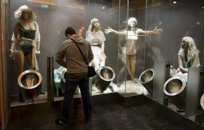 Hombres observados por mujeres mientras hacen del baño