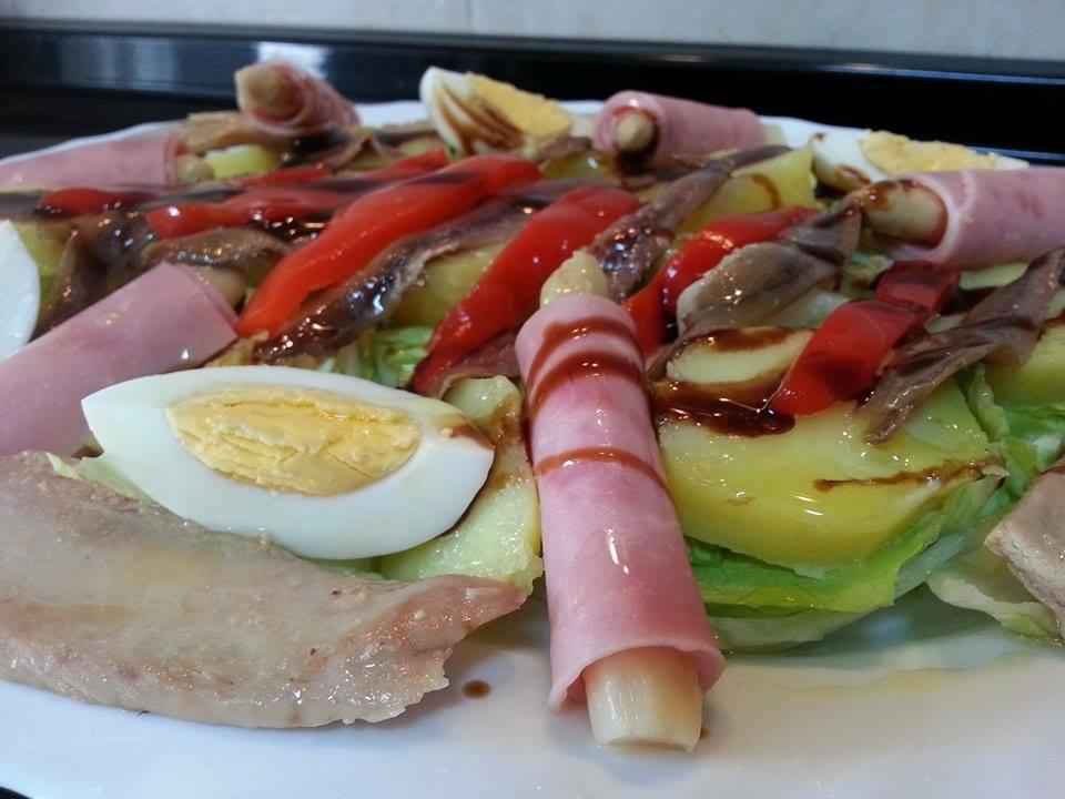 ensalada de bonito, anchoas y patata