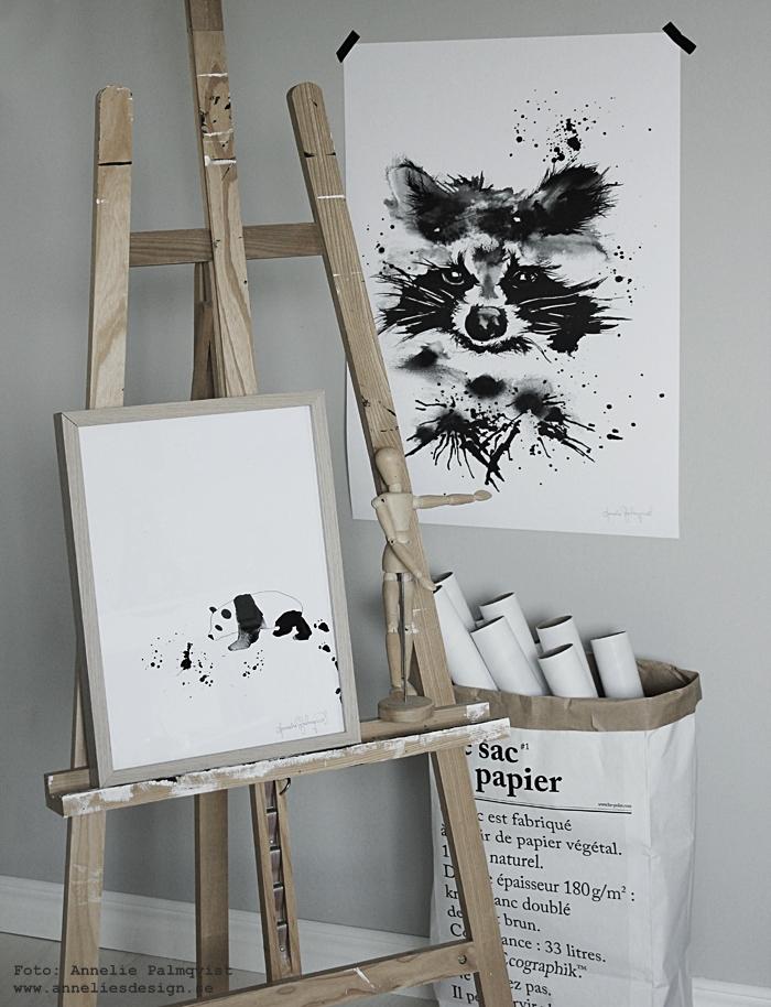 konsttryck, panda, pandor, pandan, tvättbjörn, tvättbjörnar, tavla, tavlor, poster, posters, svart och vitt, svartvit, svartvita, staffli, påse, påsar, ateljé, grå, grått, webbutik, webbutiker, inredning, annelie