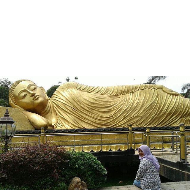 foto megahnya patung budha tidur mojokerto