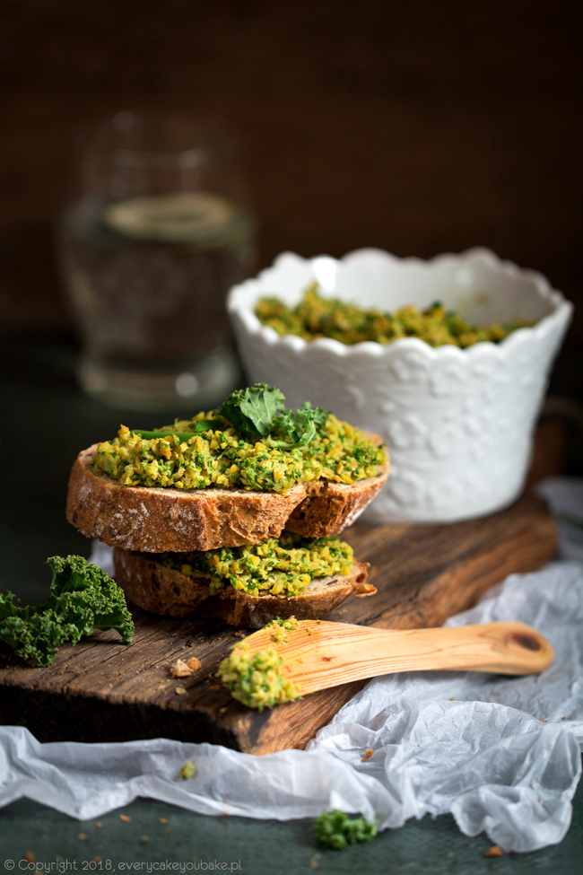 zielona pasta z jarmużu i ciecierzycy na kanapki
