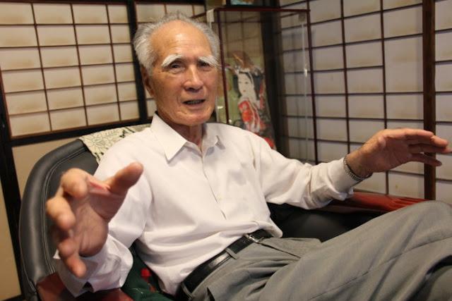 Ông Murayama trò chuyện với tác giả.