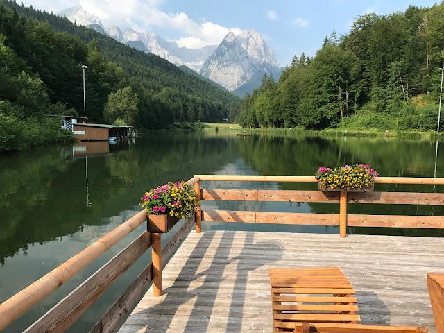 Chillen auf der Terrasse am Seehaus, Hochzeit in Gelb, Sommer, Sonne, Natur, Sommerhochzeit am See in den Bergen, Riessersee Hotel Garmisch-Partenkirchen, Hochzeitsplanerin Uschi Glas