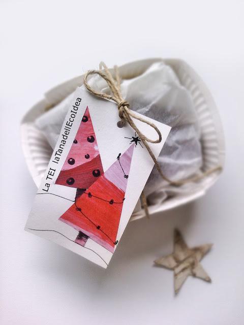 Biglietto con alberi di natale rossi