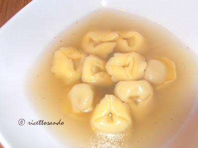 http://www.ricettosando.it/2011/12/tortelli-in-brodo.html
