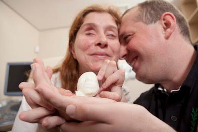 Nuotraukoje -  Paula Silveira ir Alvaro Zermiani su 3D kūdikiu