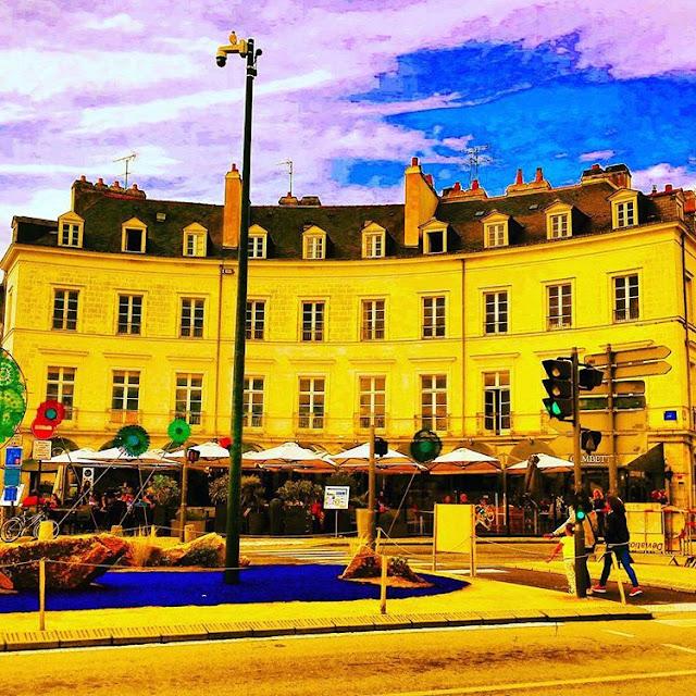 Restaurants in front of Post of Vannes I Brittany I France I Travelling Hopper I
