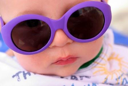Gambar foto bayi kecil memakai kacamata ungu