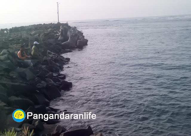 Gambar Pemancing di Pantai Bojongsalawe