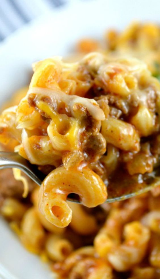ONE SKILLET CHEESY CHILI MAC #oneskillet #cheesy #chili #mac #pasta #pastarecipes #easypastarecipes