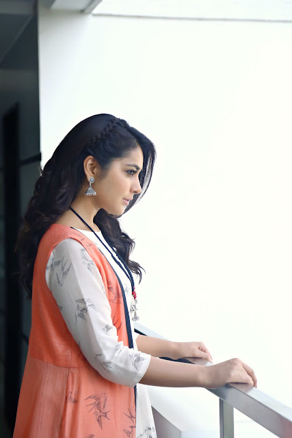 Raashi khanna New HD Pics