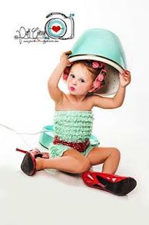 Foto Gambar Bayi Pakai Sepatu High Heels Kebesaran 15