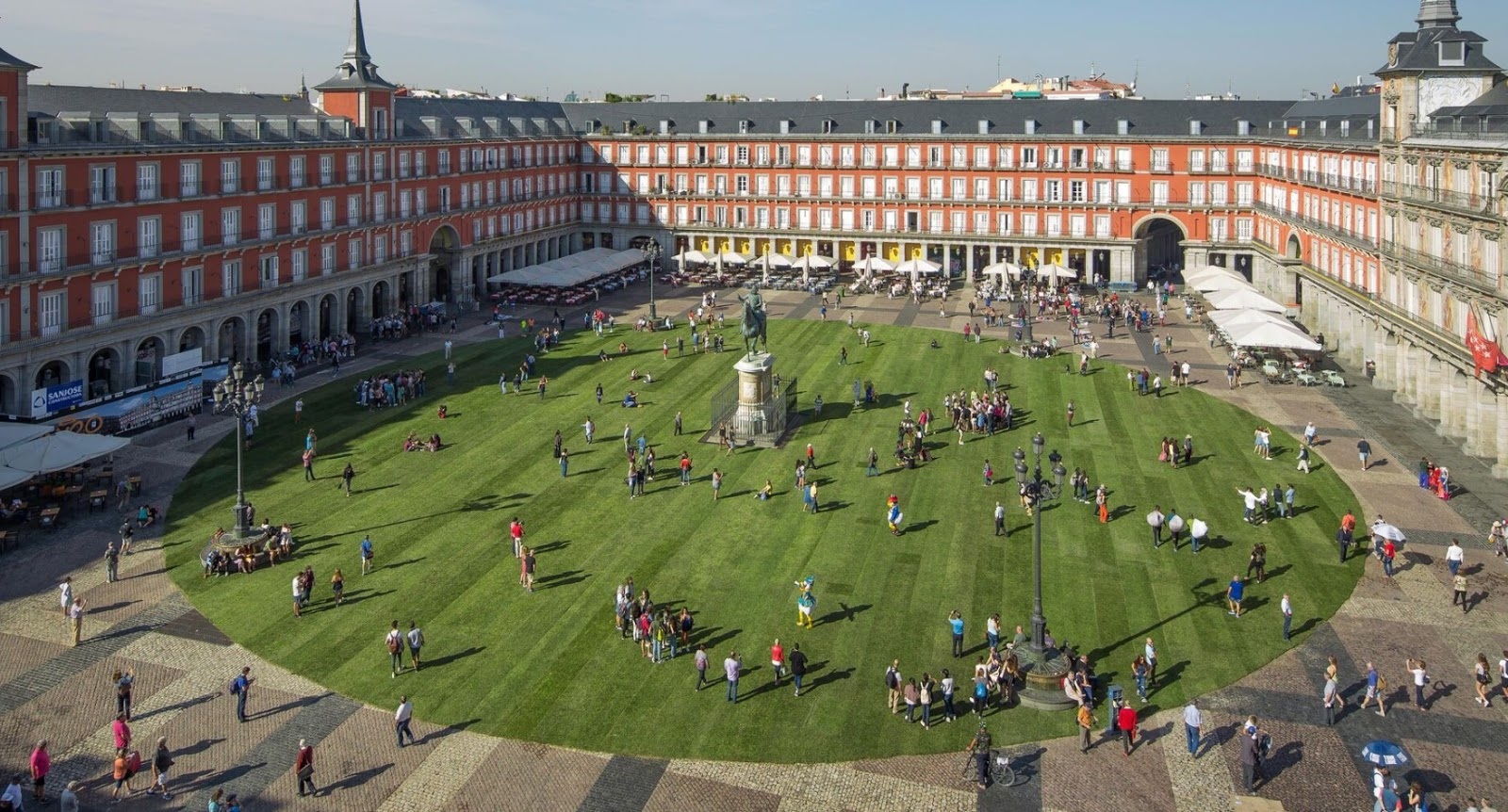 pradera natural de césped en Plaza Mayor Madrid