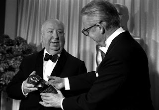 Hitchcock recibiendo en los Oscar el premio Irving Thalberg