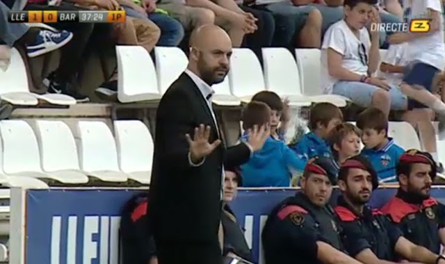 David Movilla pide calma a los jugadores tras el primer gol del Lleida. Imagen: esport3