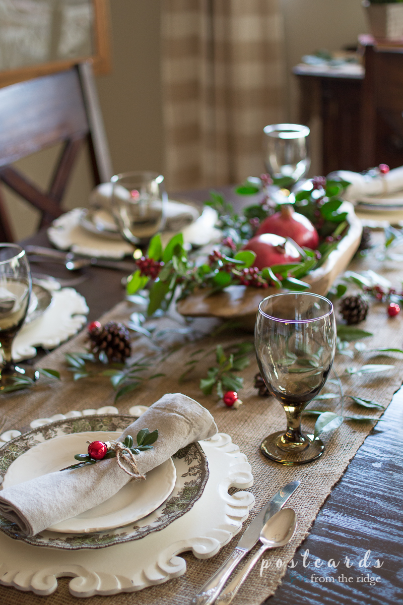 Love the simplicity of this naural, rustic Christmas tablescape.