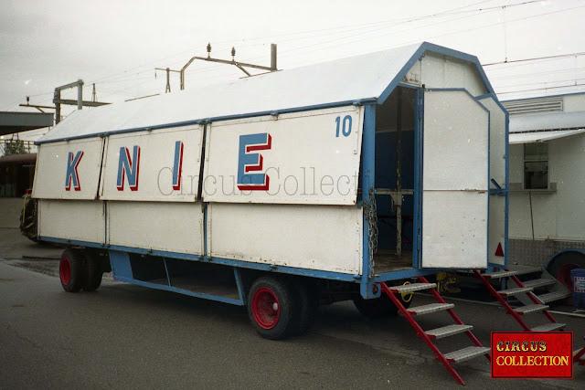roulotte pir le transport des gradins, qui devient un des réfectoires du cirque a l'arrêt