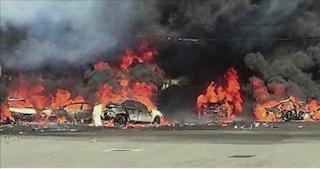 شاهد بالفيديو لحظة سقوط مروعة لطائرة في موقف سيارات