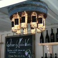 lampara de techo con botellas de vidrio recicladas