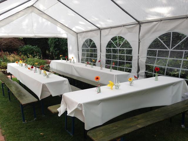 Gartenparty zur Taufe mit Zelt und Blumendeko