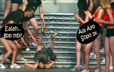 gambar wanita jatuh saat fhasion show