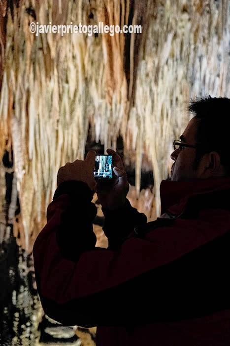 Un visitante hace fotos en la Sala de las Maravillas durante su visita a la Cueva de Valpoquero. León. Castilla y León. España. © Javier Prieto Gallego