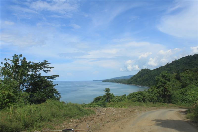 Perjalanan Book for Mountain menuju lokasi project perpustakaan Teluk Bintuni, Papua Barat melewati pinggir pantai