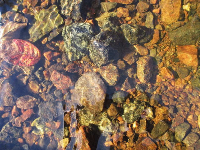 joenpohja kivet, vesi, kivet