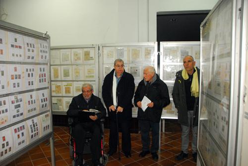 Esguard de Dona - D'esquerra a dreta. Sr. Josep Anton Plans Ferrer, President de la Secció de Filatèlia, Numismàtica i de Col·leccionisme de l'IEP, Sr. Isidre Aymerich, conegudissim expert en filatèlia, que durant molts anys va publicar al setmanari el 3 de Vuit de manera continuada artícles sobre novetats filatèliques, el Sr. Raimon Gusi, regidor de Cultura de l'Ajuntament de Vilafranca del Penedès i el Sr. Albert Tubau, president de l'IEP