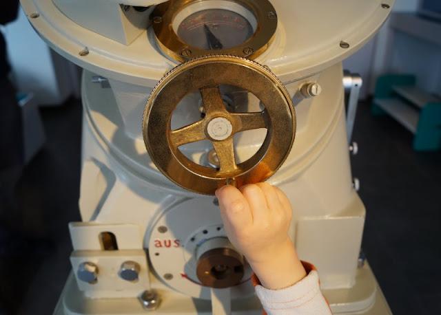 Volle Kraft voraus: Im Schifffahrtsmuseum Kiel. Unser Besuch im Schifffahrtsmuseum Kiel - ein toller Ausflug für die ganze Familie! Auf Küstenkidsunterwegs zeige ich Euch, was Ihr dort, auch bei schlechtem Wetter, Spannendes entdecken könnt!